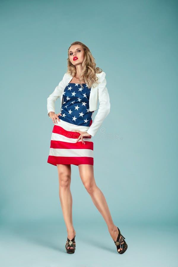 Fille de pin-up avec le drapeau américain image libre de droits