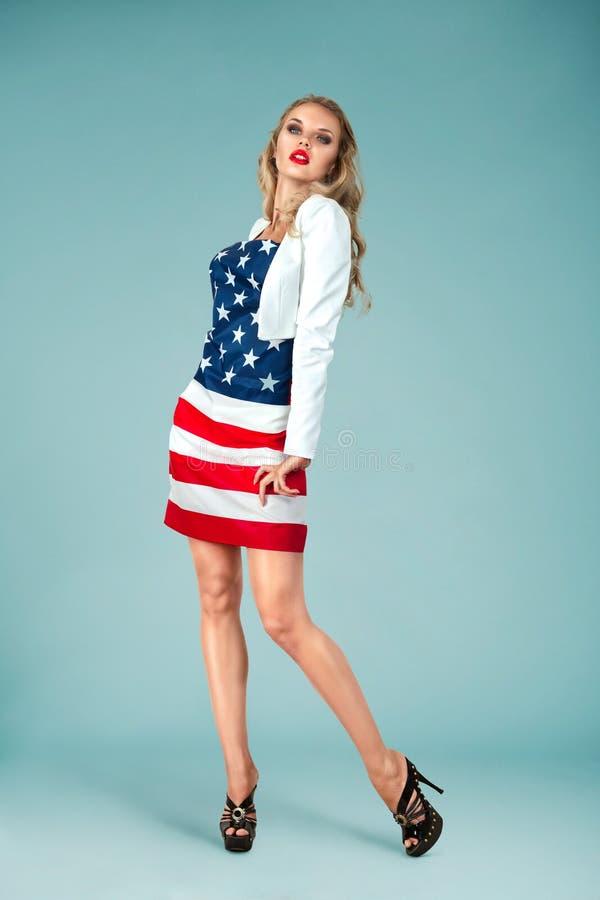 Fille de pin-up avec le drapeau américain photos libres de droits