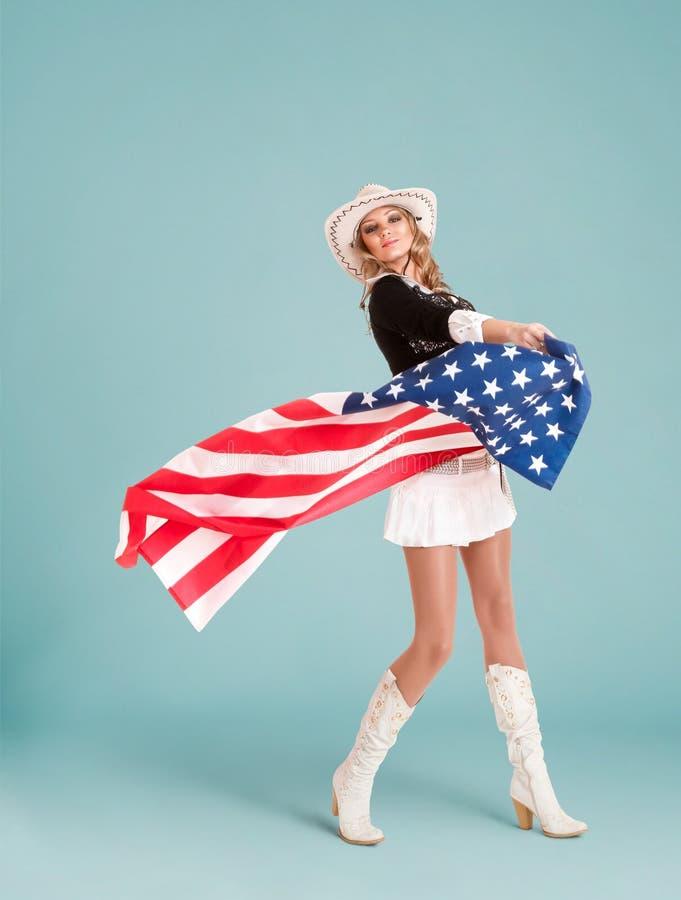 Fille de pin-up avec le drapeau américain photographie stock libre de droits