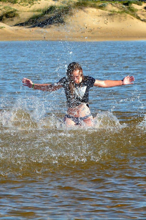 Fille de plage dans l'action photo stock