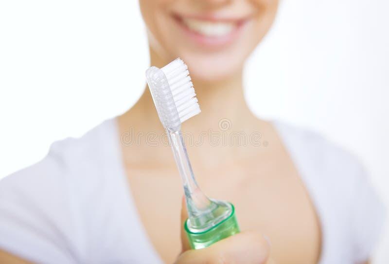 Fille de plan rapproché avec des dents de nettoyage de brosse à dents à la maison photographie stock