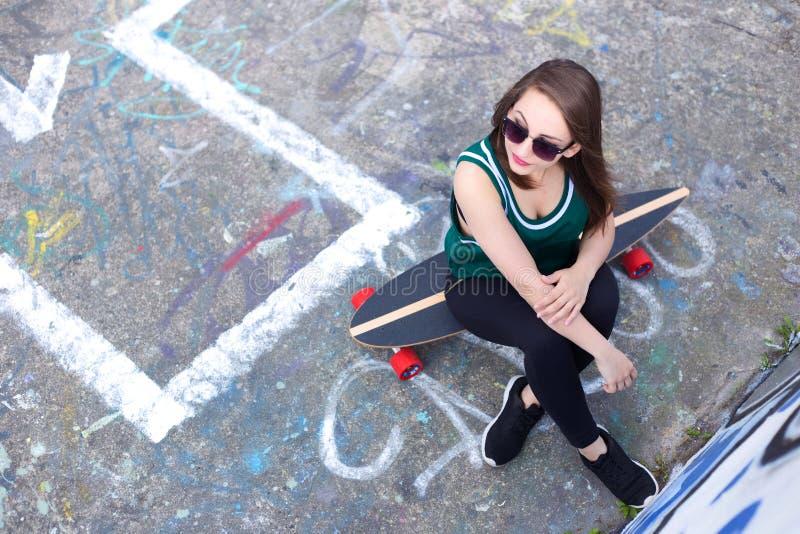 Fille de planche à roulettes photo libre de droits