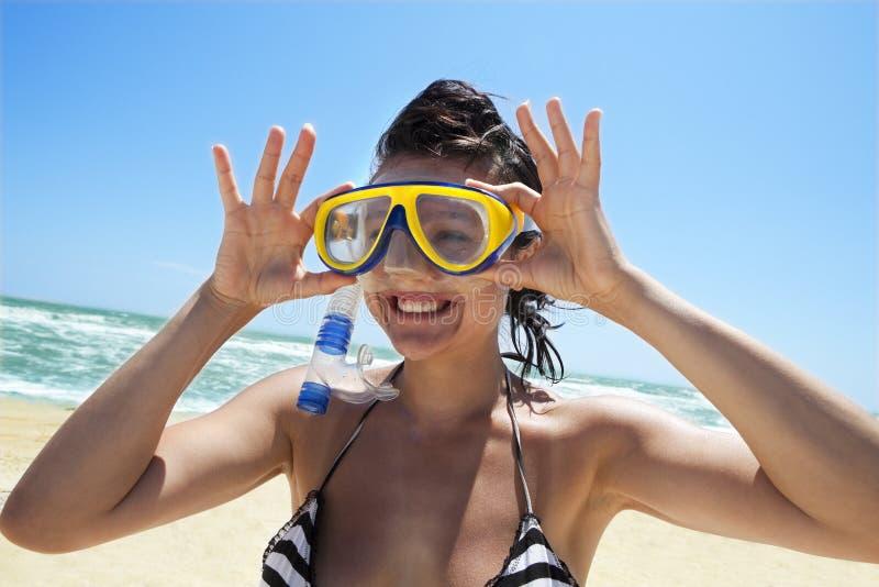 Fille de plongée dans un masque et une prise d'air de natation photos stock