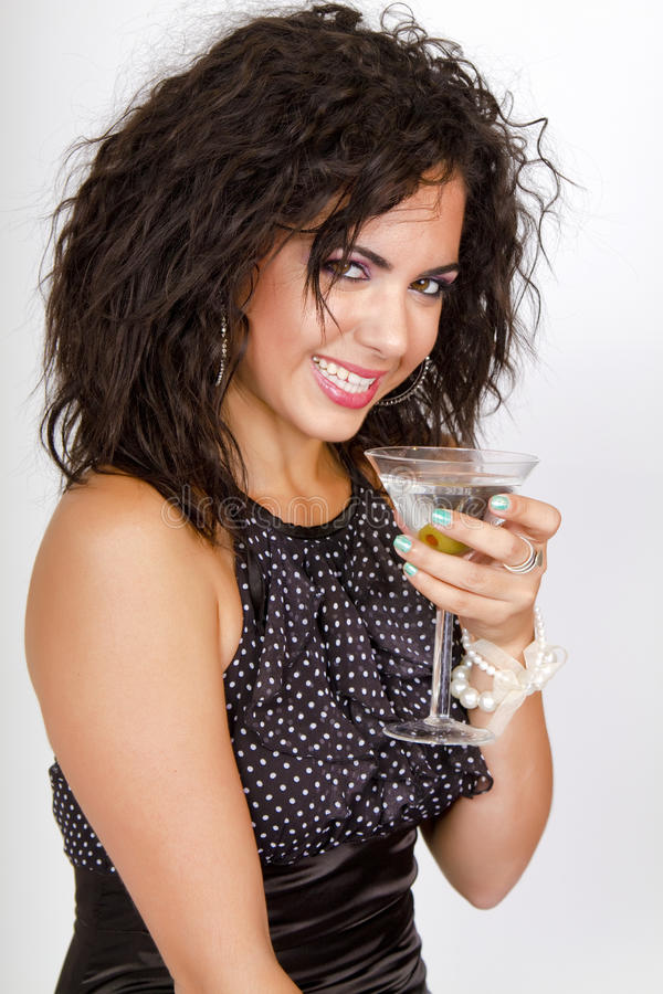 Fille de réception attirante retenant un cocktail de martini images stock