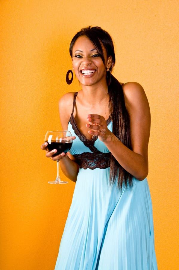 Fille de réception de vin rouge images libres de droits