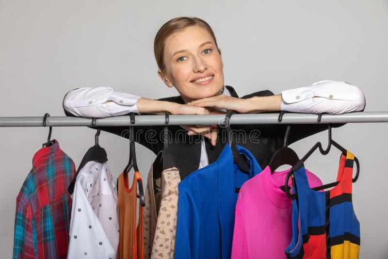 Fille de rêve au sujet de cintre avec des vêtements photographie stock libre de droits