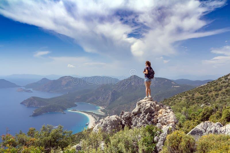 Fille de randonneur sur le dessus de montagne photos libres de droits