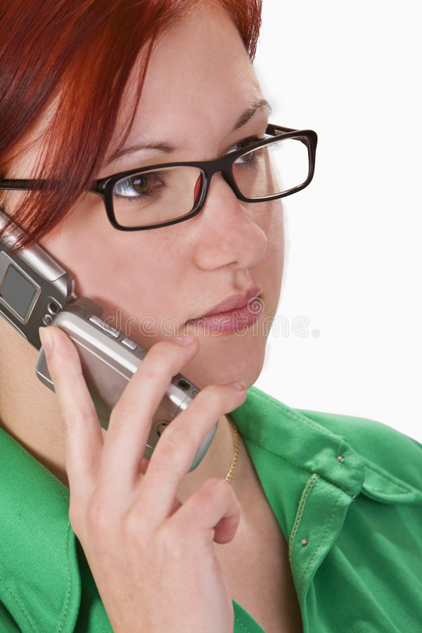 Fille de roux parlant sur un téléphone portable photographie stock libre de droits