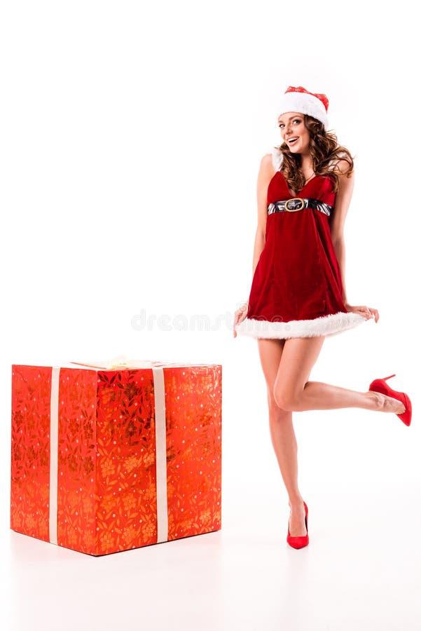 Fille de Santa au grand boîte-cadeau photographie stock libre de droits