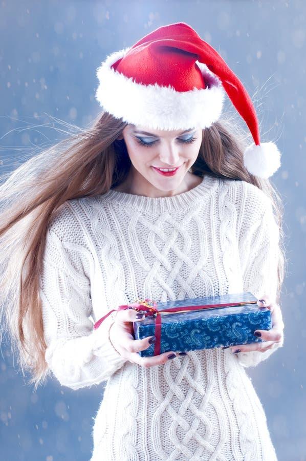 Fille de Santa avec le cadre de cadeau photographie stock libre de droits