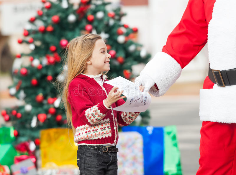 Fille de Santa Claus Taking Wish List From photographie stock