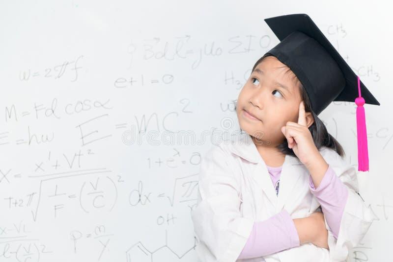 Fille de scientifique pensant sur le borad blanc photo stock