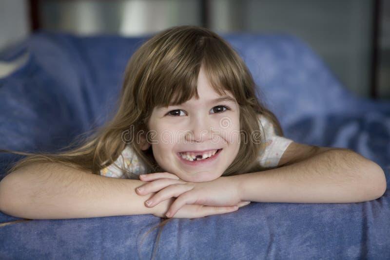 Download Fille De Sept Ans De Sourire Mignonne édentée Photo stock - Image du adorable, écolière: 8663018