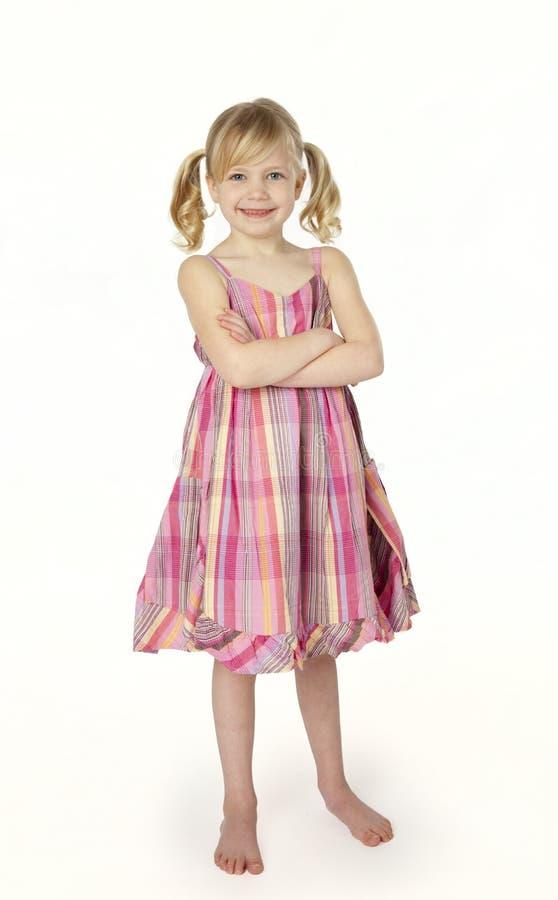 Fille de six ans restant sur le fond blanc photographie stock libre de droits