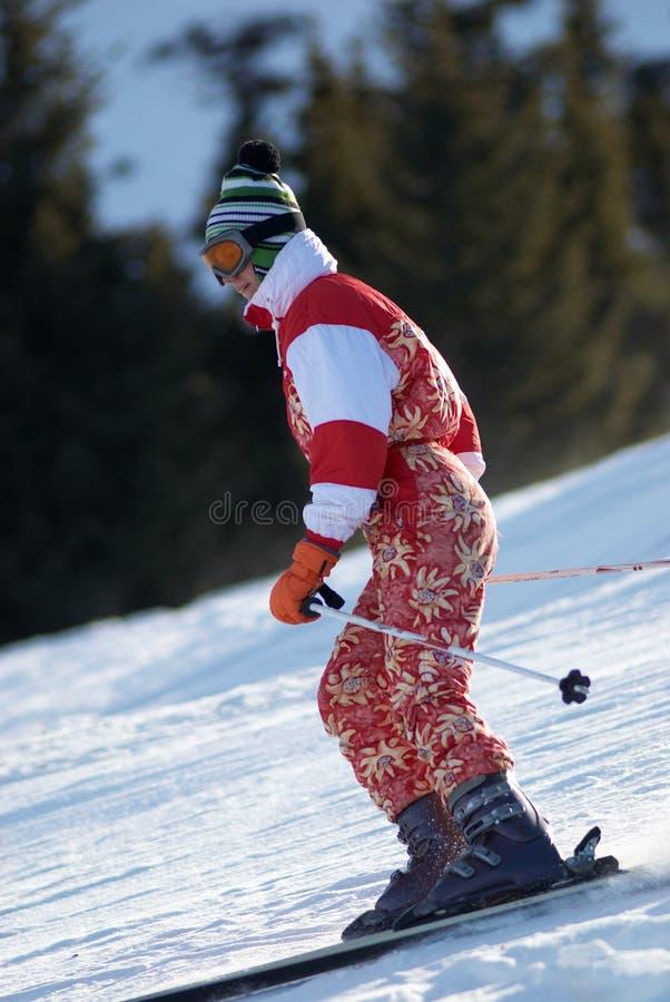 Fille de ski en rouge image stock