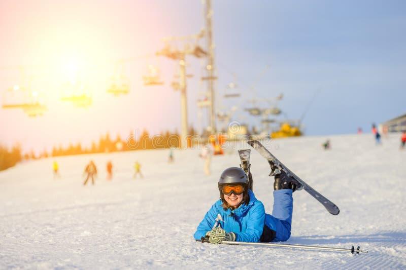 Fille de skieur sur la neige à la station de sports d'hiver photos stock