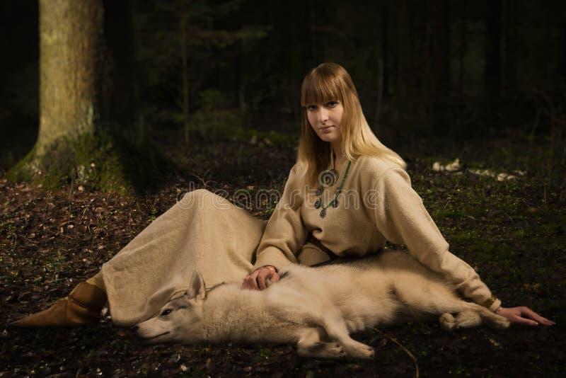 Fille de Slavonian et costaud sibérien dans la forêt profonde photo stock