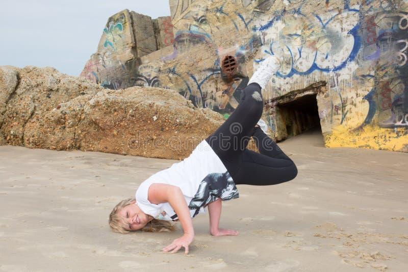 Fille de smurf, danse blonde de fille en dehors d'houblon de hanche sur le sable photographie stock
