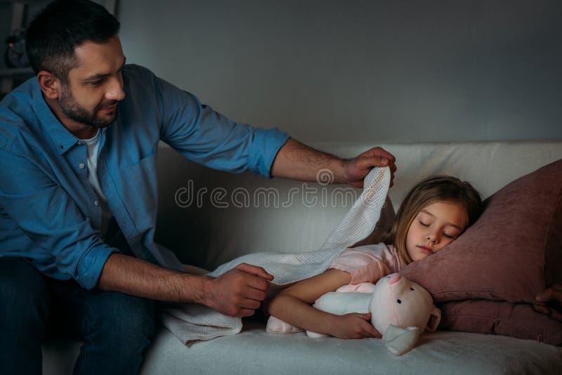 fille de sommeil de bâche de père photos libres de droits