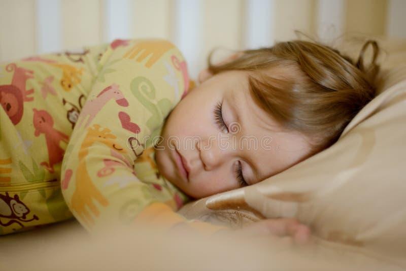 Fille de sommeil d'enfant en bas âge photographie stock libre de droits