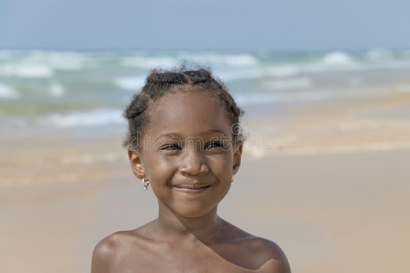 Fille de sourire à la plage, six années image libre de droits