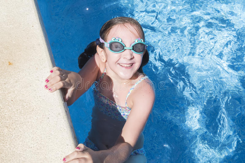 Fille de sourire appréciant la piscine en été images libres de droits