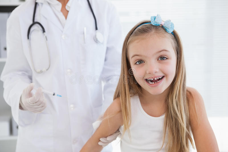 Fille de sourire aux médecins photographie stock