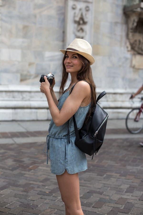 Fille de sourire avec l'appareil-photo image libre de droits