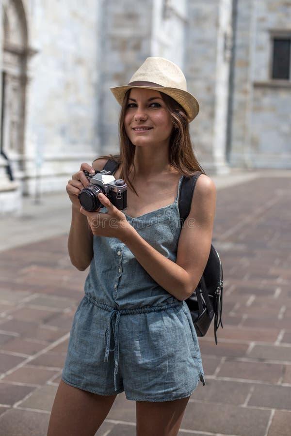 Fille de sourire avec l'appareil-photo image stock