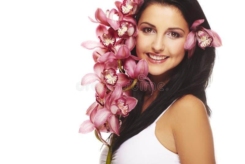 Fille de sourire avec la fleur gentille photos libres de droits