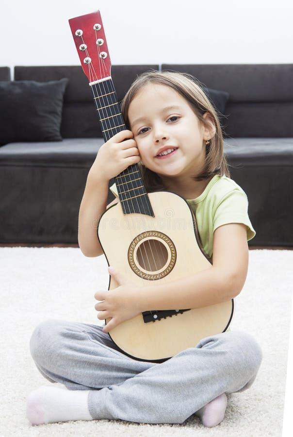 Fille de sourire avec la guitare images stock