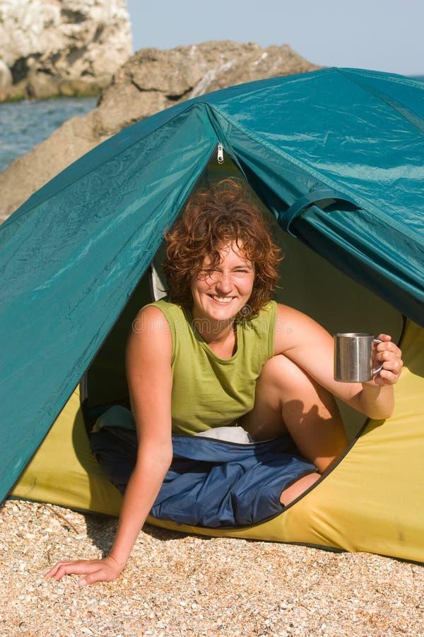 Fille de sourire avec le capuchon de la côte de ta de café photos libres de droits