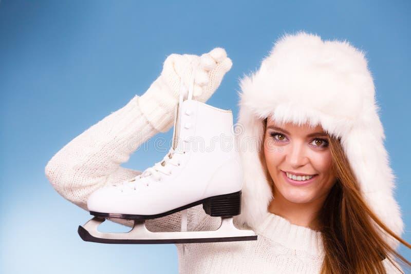 Fille de sourire avec le patin blanc photo libre de droits