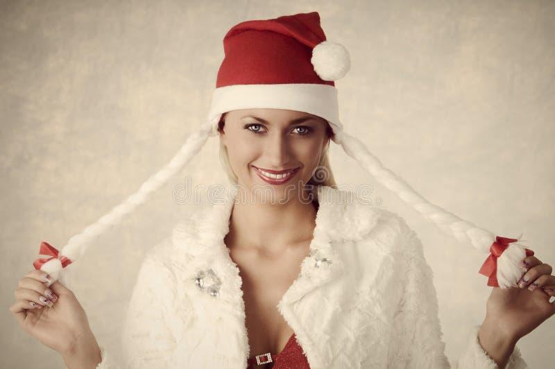 Fille de sourire avec le style de Noël images stock