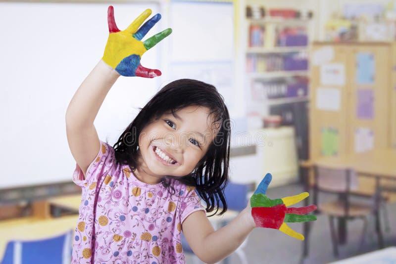 Fille de sourire avec les mains peintes images libres de droits
