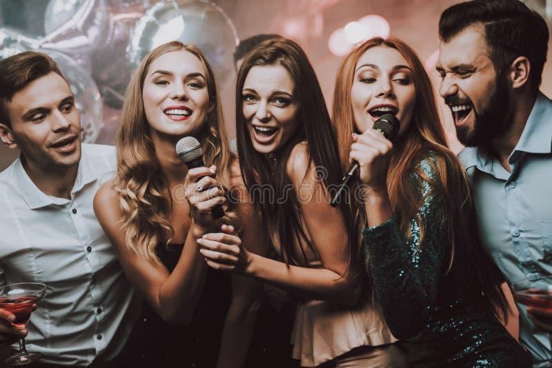 Fille de sourire Belles filles Club de karaoke photographie stock libre de droits