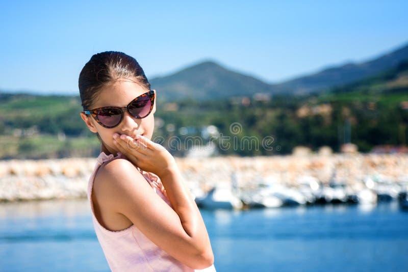 Fille de sourire contre le port maritime dans le mer de sur d'Argeles france photographie stock