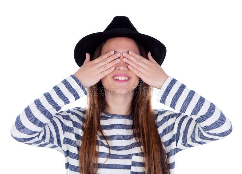 Fille de sourire d'adolescent avec le chapeau noir couvrant ses yeux photographie stock