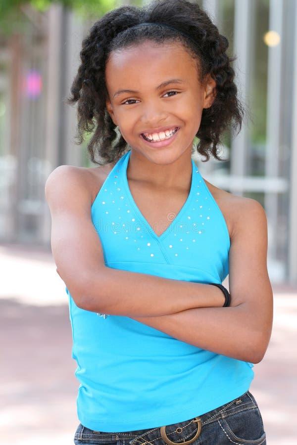 Fille de sourire d'adolescent d'Afro-américain photographie stock