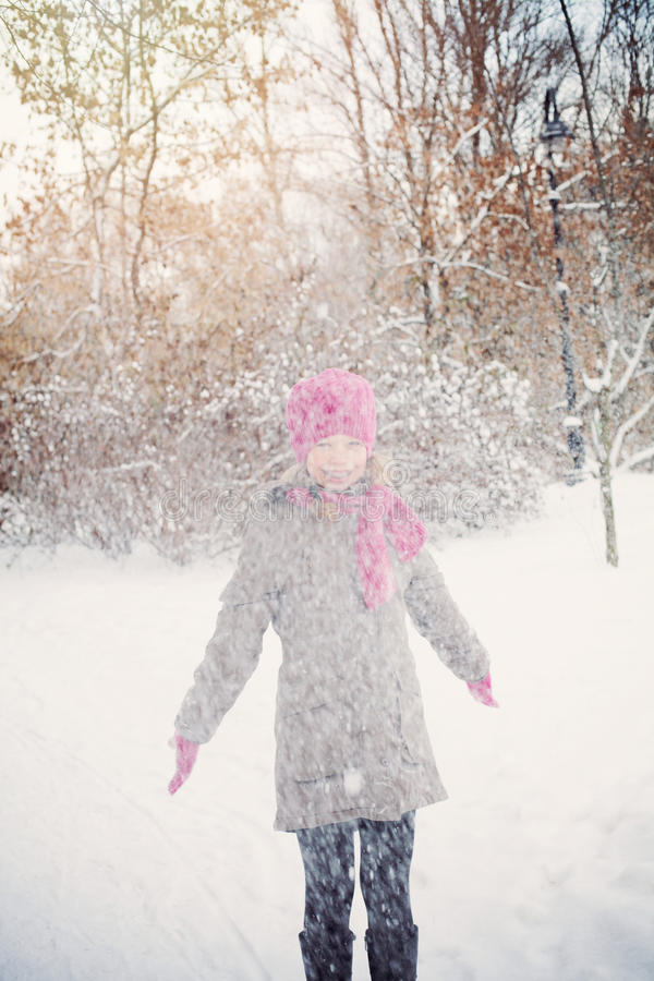 Fille de sourire d'enfant dans le jour d'hiver de Milou images stock