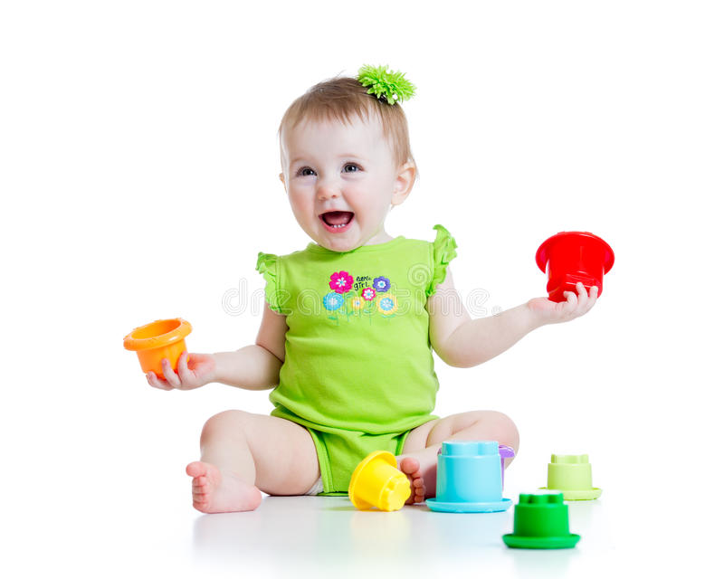 Fille de sourire d'enfant jouant avec des jouets de couleur photographie stock