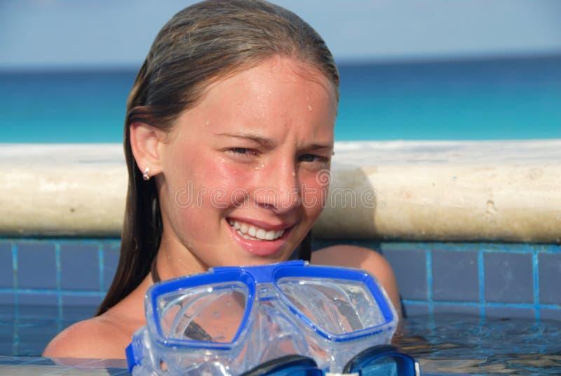Fille de sourire dans la piscine photos stock