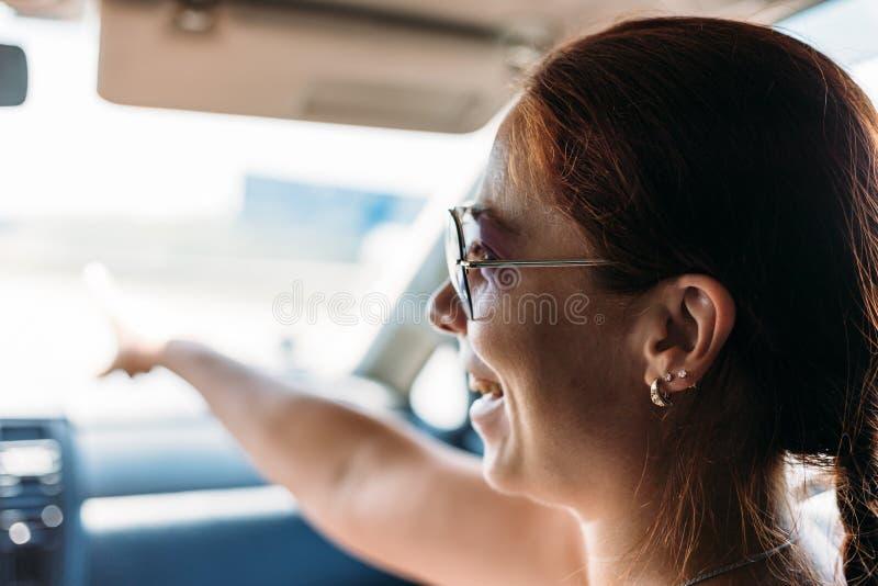 Fille de sourire dans la voiture en vacances, modifié la tonalité images libres de droits