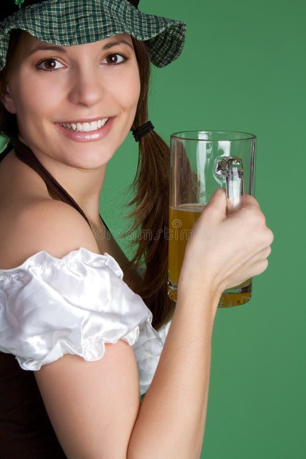 Fille de sourire de bière image stock