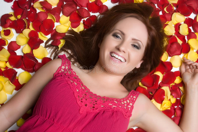 Fille de sourire de Rose photographie stock libre de droits