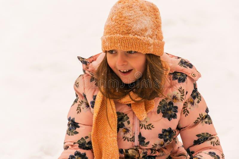 Fille de sourire en jour d'hiver froid photos libres de droits