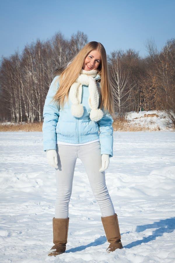 Fille de sourire en stationnement Hiver froid, parc de neige photos libres de droits
