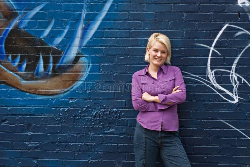 Fille de sourire et graffiti bleu image stock