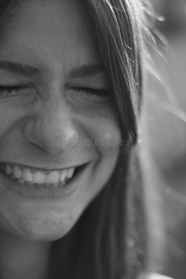 Fille de sourire, fin noire et blanche vers le haut de portrait images libres de droits