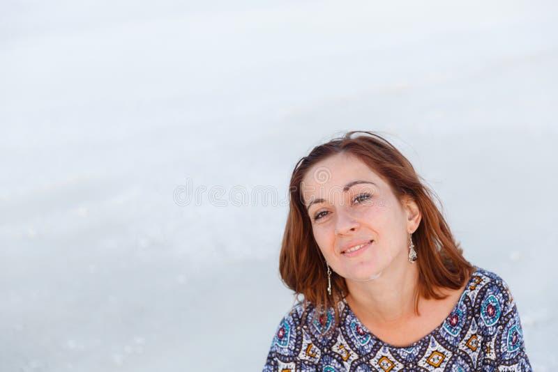 Fille de sourire heureuse dans le chapeau blanc appréciant le soleil, étendue de lac de sel de Bascunchak photos stock